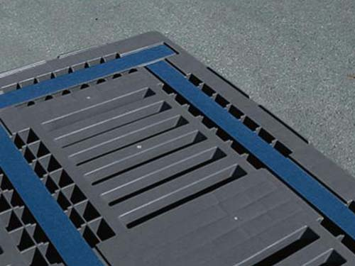 Closeup of the Craemer CR3-5 plastic pallet. The unique antislip topdeck & rim increases load stability ensuring safe transportation.